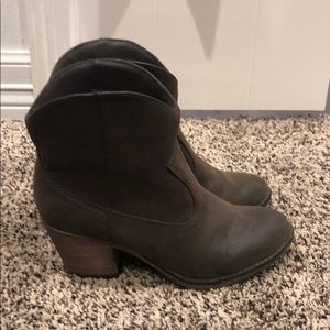 Low rise cowgirl boots